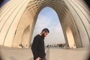 اجرای بداهه یاسر خاسب  روی دیواره برج آزادی