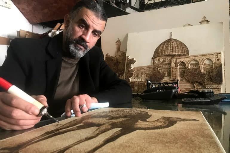 ناجی نصر هنرمند معلول، تابلوهایش را از یک عدد مرغ ارزانتر میفروشد
