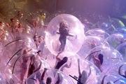 تماشاگرانی که داخل حباب به تماشای کنسرت نشستند